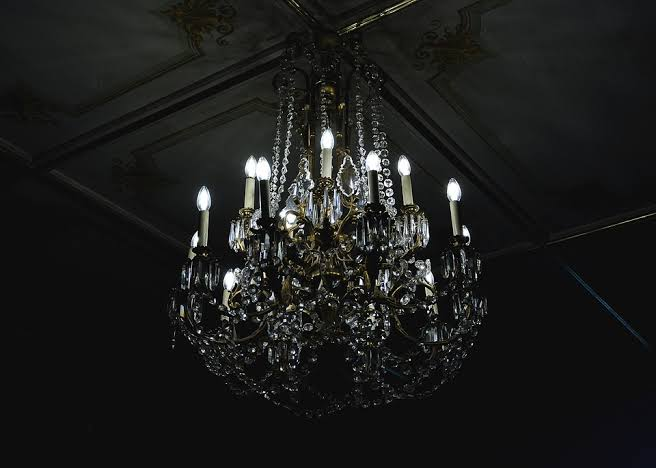How to choose the right Luxury Chandelier for your Home Interiors?